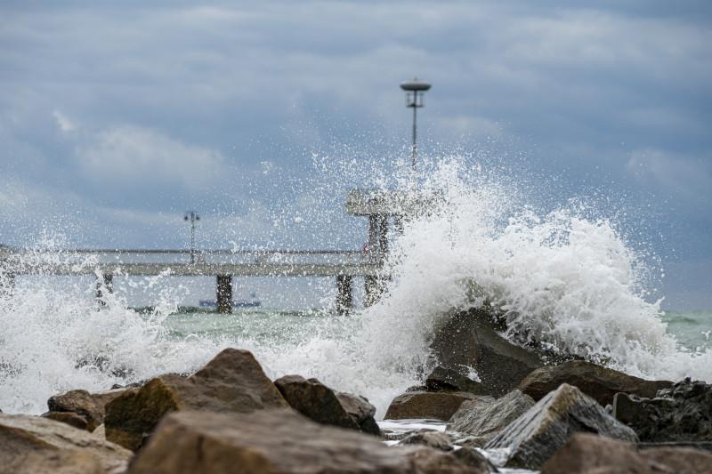 Ветровито, с големи вълни край морето