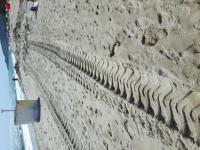 снимка 1 Багер руши пясъчните дюни на плаж Балтата