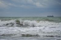 снимка 5 Ветровито, с големи вълни край морето
