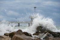 снимка 8 Ветровито, с големи вълни край морето