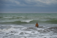 снимка 3 Ветровито, с големи вълни край морето