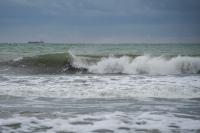 снимка 6 Ветровито, с големи вълни край морето