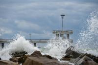 снимка 7 Ветровито, с големи вълни край морето