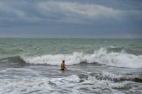 снимка 4 Ветровито, с големи вълни край морето