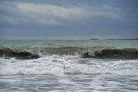 снимка 2 Ветровито, с големи вълни край морето
