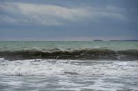 снимка 1 Ветровито, с големи вълни край морето