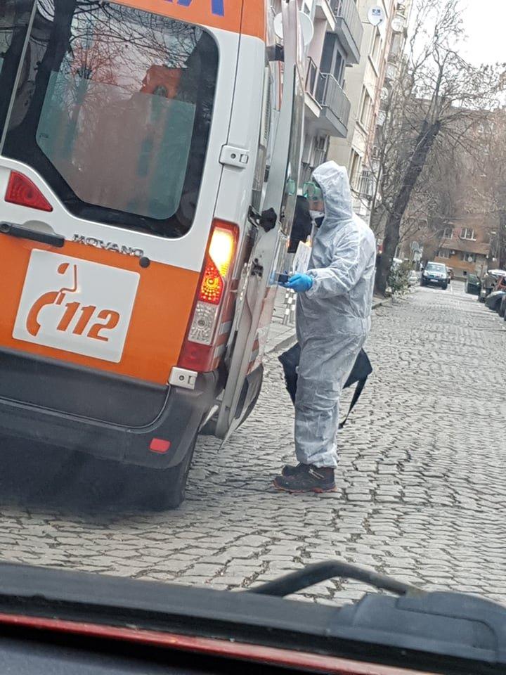 екипи спешна помощ транспортират пациенти съмнения коронавирус