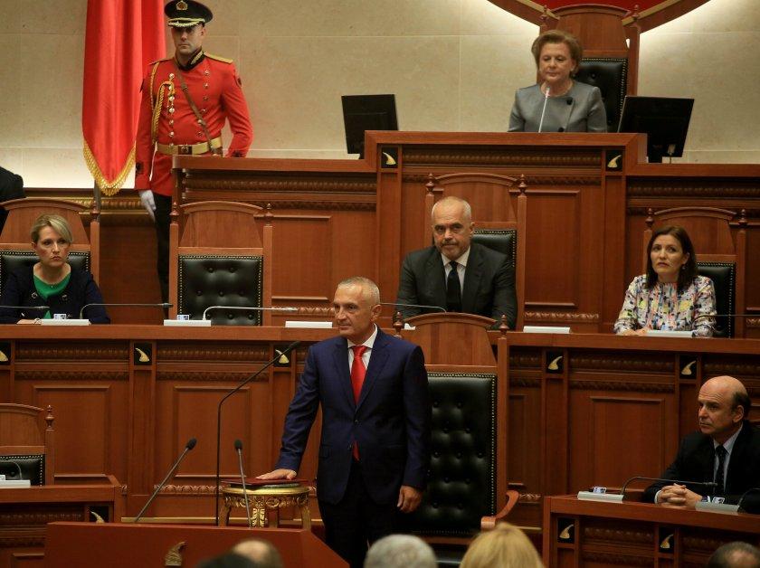 албанските депутати намалиха заплатите наполовина месеца
