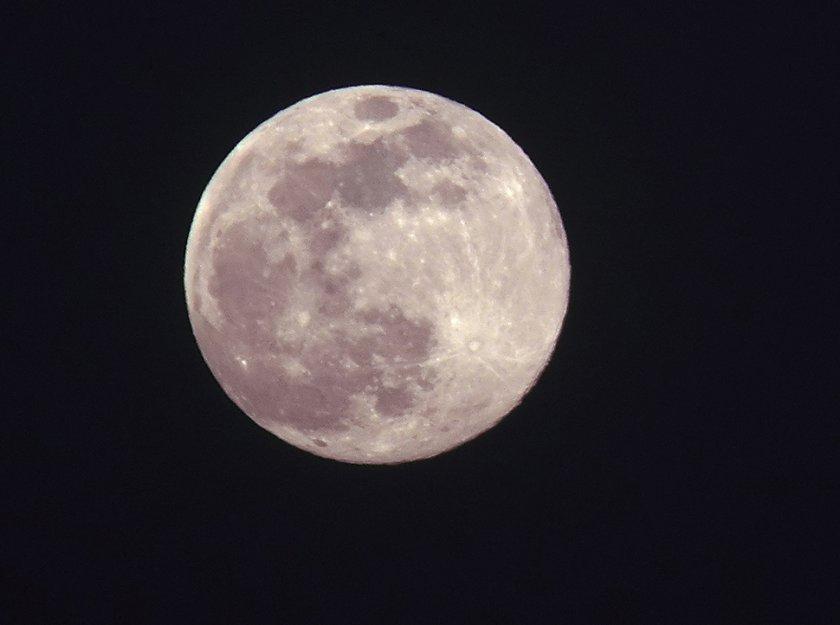 Наблюдаваме явлението Супер розова Луна
