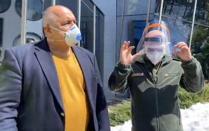 живо премиерът борисов ген мутафчийски посетиха завод смолян шие маски защитни облекла