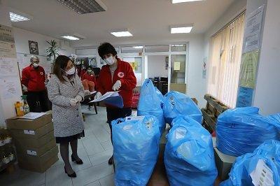 зам министрите зорница русинова адриана стоименова включиха раздаването пакети храна