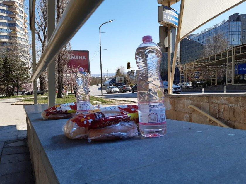 хората нужда неизвестен остави храна вода спирка метрото софия