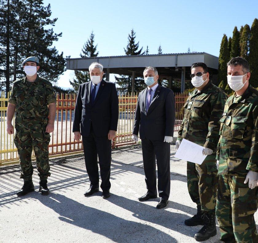 Министерството на отбраната дари предпазни облекла и маски за армията на Северна Македония