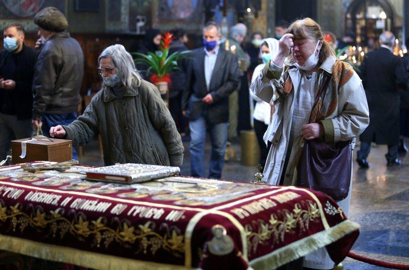 Миряните не минаха под Плащаницата на Разпети петък в извънредно положение (ОБОБЩЕНИЕ)