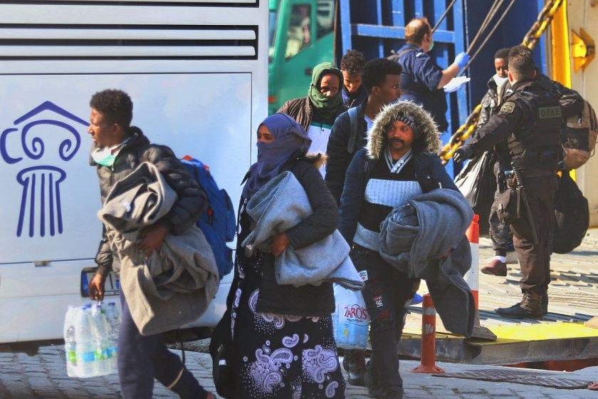гърция мести мигранти островите
