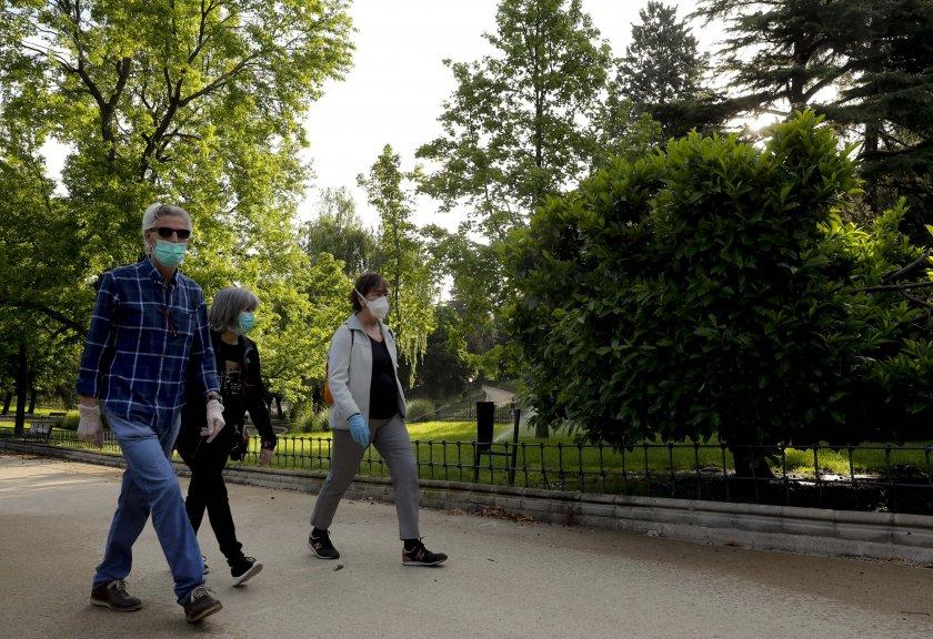 Отвориха малките паркове в Мадрид, Румъния частично пуска моловете