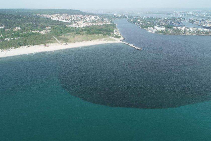 разследват виновните излива отпадни води варненското езеро
