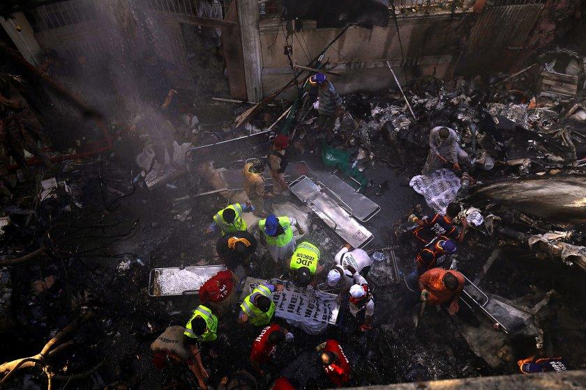Двама души оцеляха при самолетната катастрофа в Пакистан