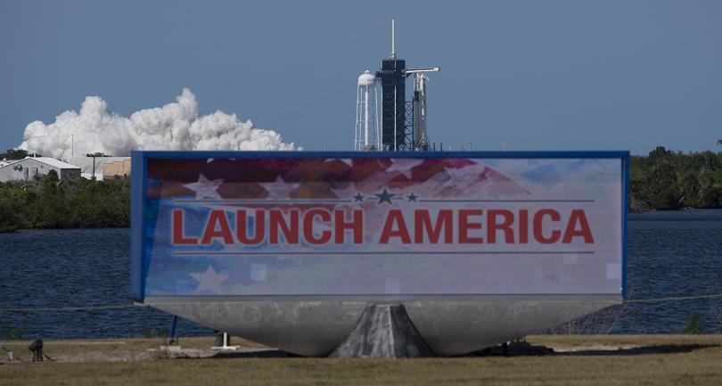 тръмп гледа живо мисията spacex