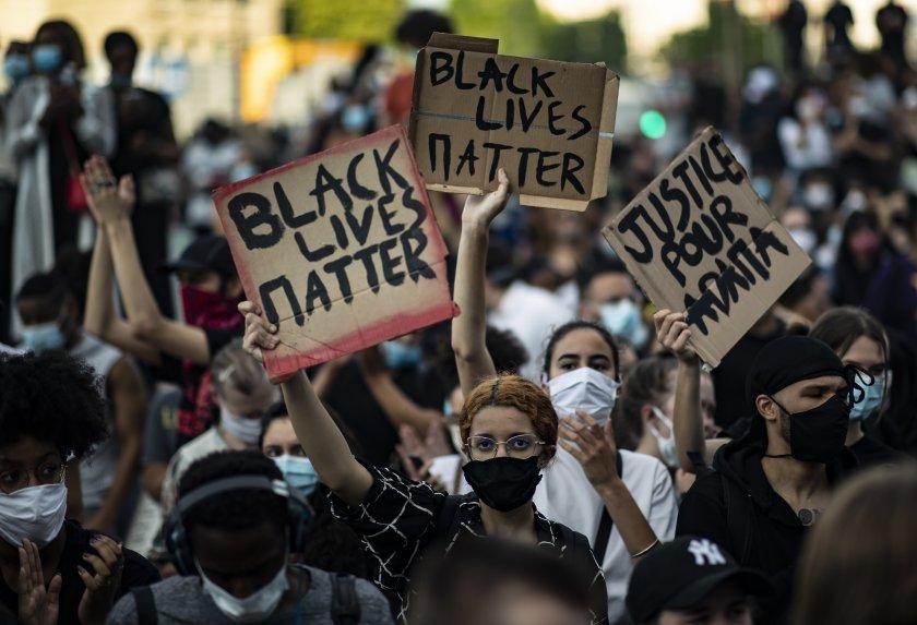 Парижани по улиците, протестират срещу полицейското насилие
