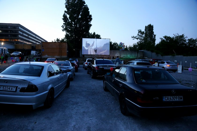 В колата, облегнати, с взор в... екрана – на пандемично автокино в София