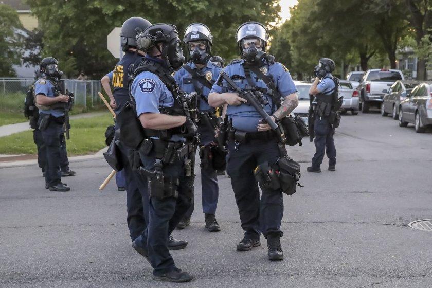 Повдигнаха обвинение на полицай от Минеаполис за убийството на чернокож мъж