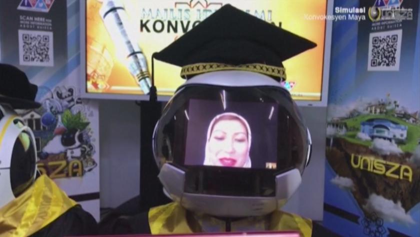 студенти влязоха робот получат дипломите