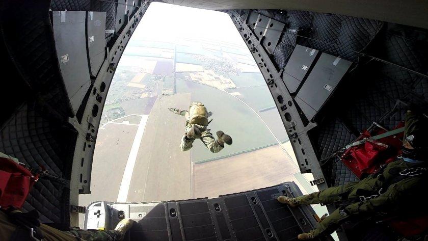 морският спецотряд зрелищни парашутни скокове
