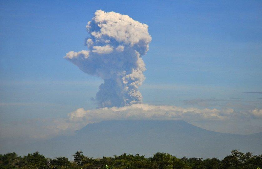 изригна вулканът мерапи индонезия