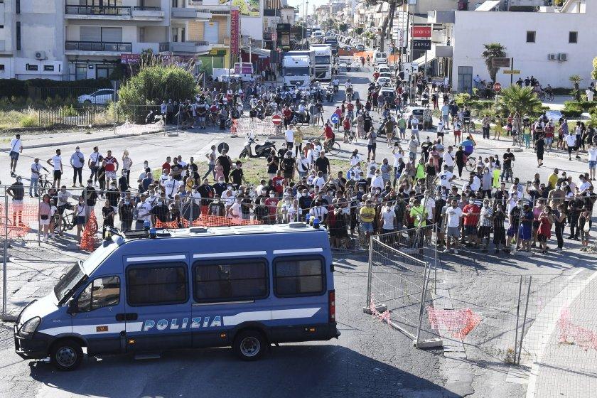 българи карантина мондрагоне сблъсъци местни жители полиция снимки