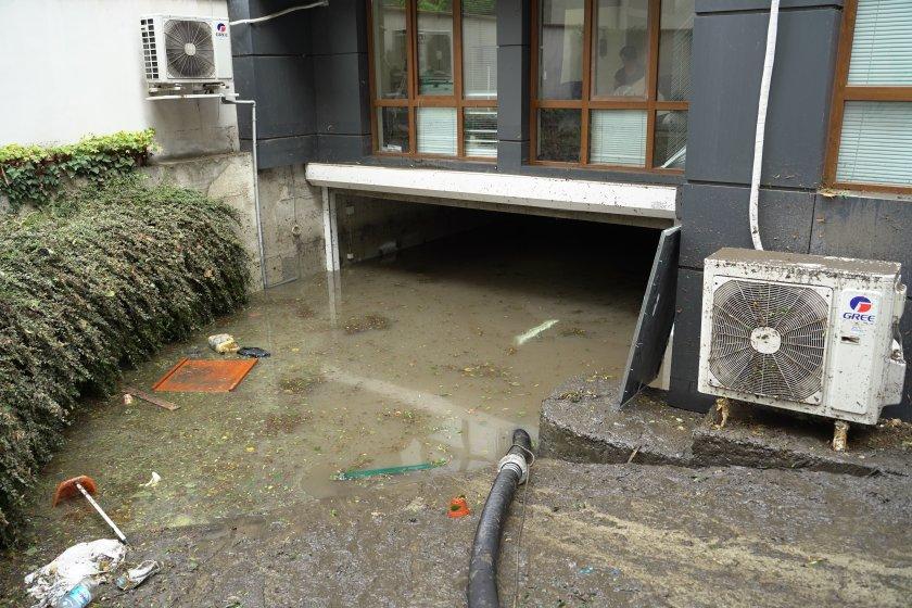 Какво остави бурята след себе си? Кал, наводнени мазета и подлези (СНИМКИ)