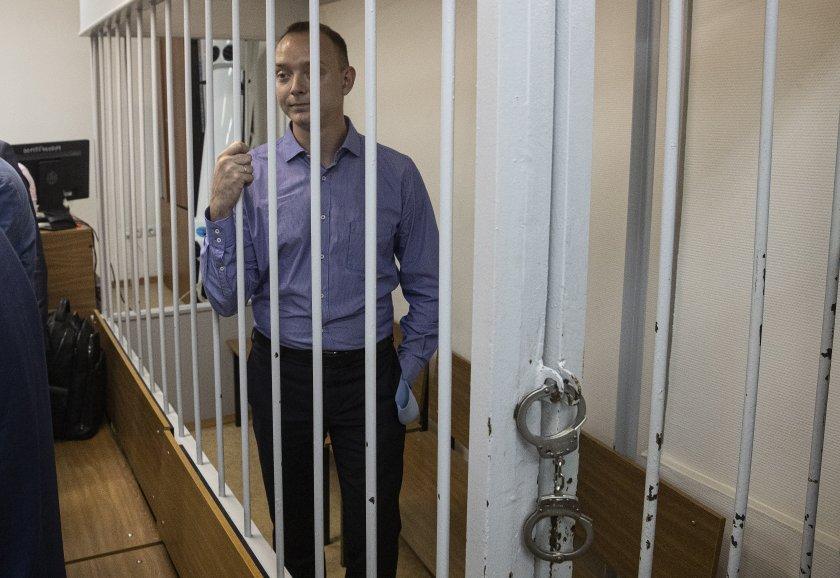 """Журналисти протестираха в защита на обвинения в шпионаж служител на """"Роскосмос"""""""