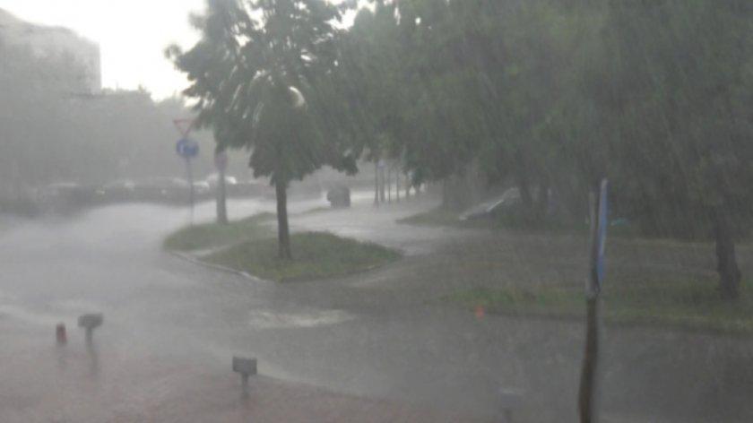 Евакуираха двама души след порой в Добрич, наводнена е и поликлиника