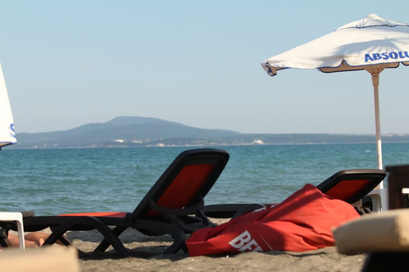драма датчани слънчев бряг открадната камера потопена морето
