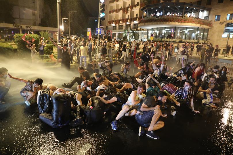 стихват протестите израел