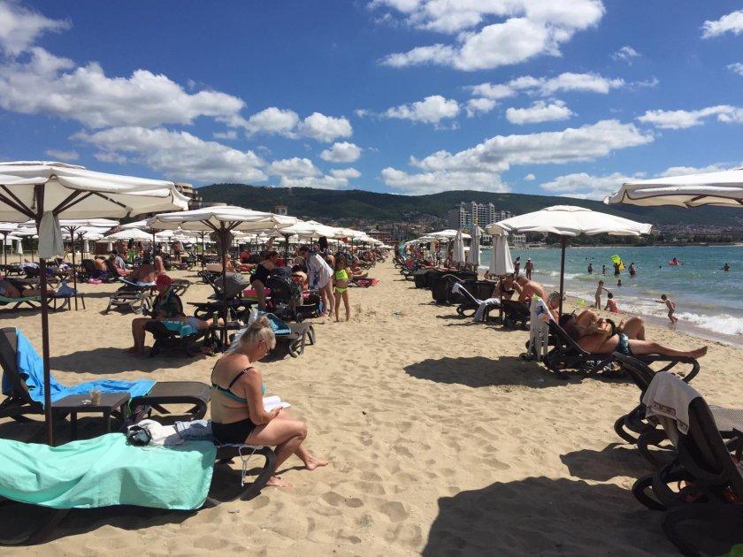 строги мерки слънчев бряг дезинфекцират ежедневно шезлонгите плажа