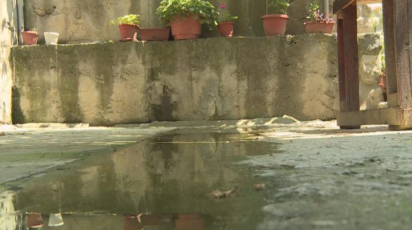Семейство от Благоевград от години се бори с теч на мръсна вода в двора им