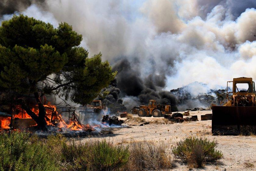 Продължава гасенето на горските пожари на Пелопонес