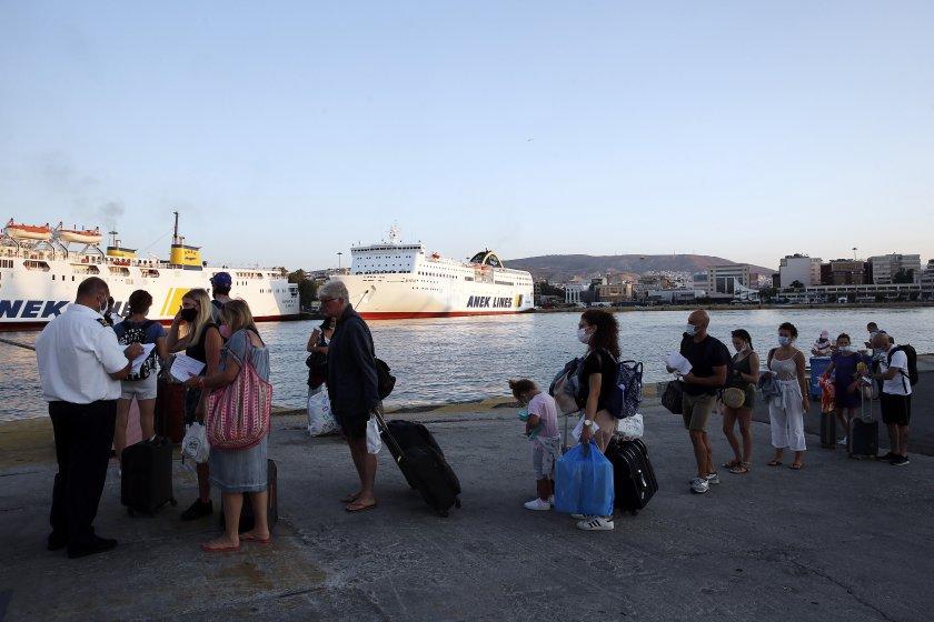 Туристите от Румъния и България първи по позитивни случаи на коронавирус в Гърция - По света и у нас - БНТ Новини