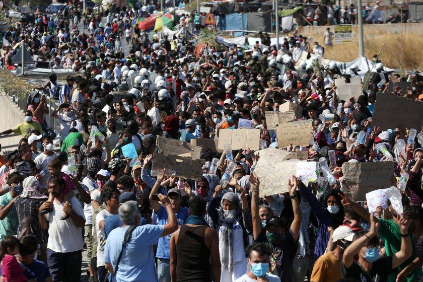 Гърция поиска помощ от ЕС за мигрантите от изгорелия лагер Мориа