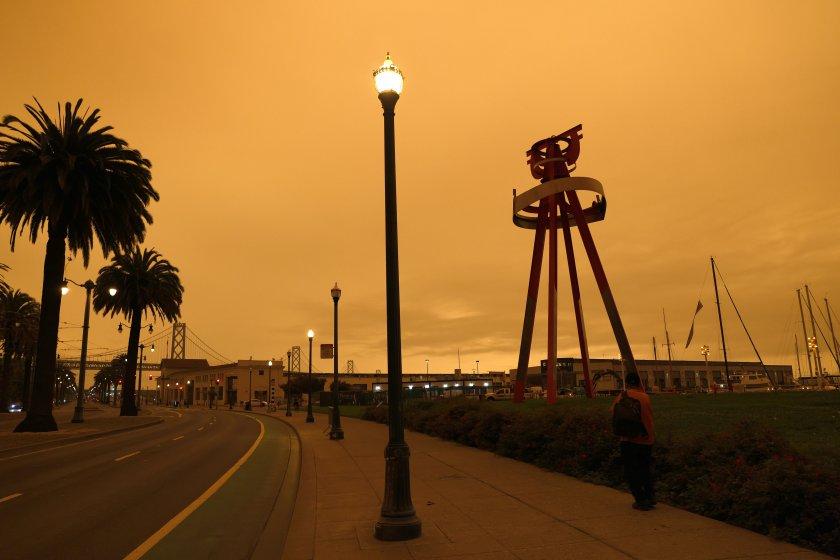 Небето над Сан Франциско се обагри в оранжево