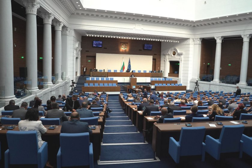 парламентът събра кворум започна работа