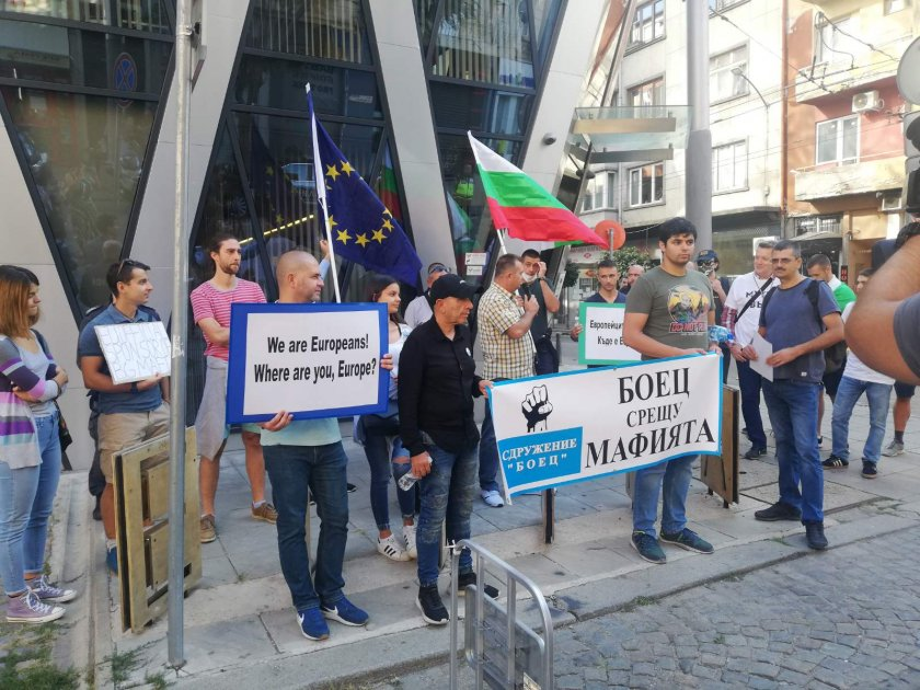 Протестиращи внесоха сигнал до европейските институции за случващото се в  България - По света и у нас - БНТ Новини