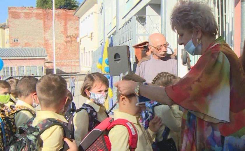 С притеснение за носенето на маски и дистанцията започна новата учебна година в страната