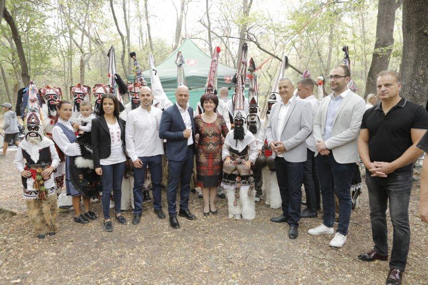 цвета караянчева откри фолклорния събор пловдивския парк лаута