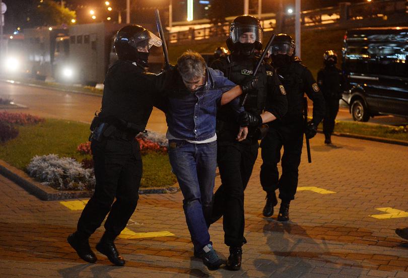 полицията беларус използва водни струи демонстранти