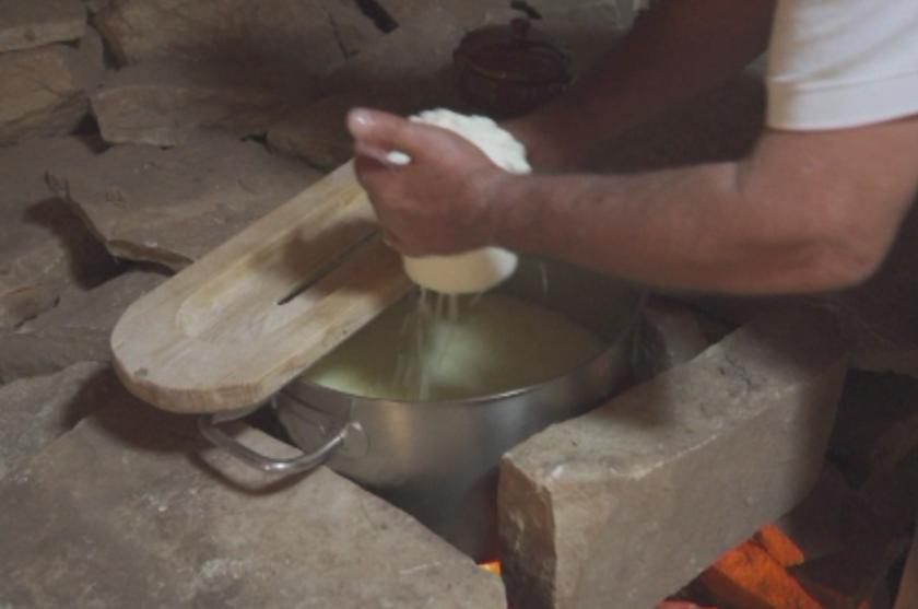 Стар занаят - нови технологии: Как в Гърция учат младите да правят сирене