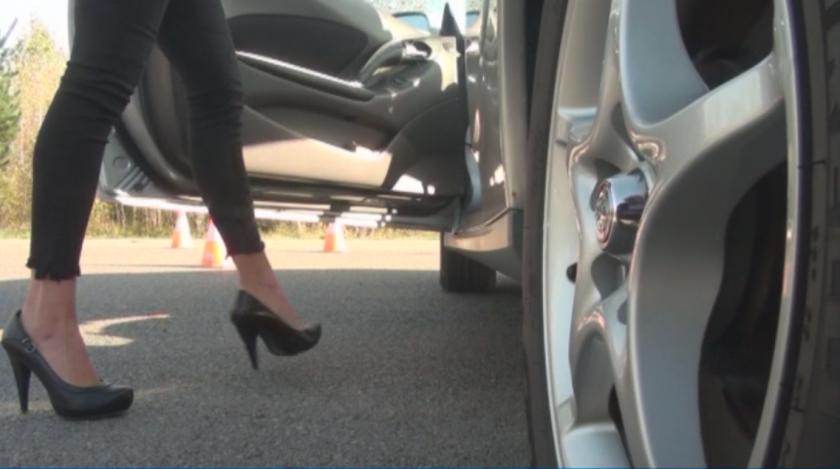 """Жени демонстрират шофьорски умения в """"Рали на високи токчета"""""""