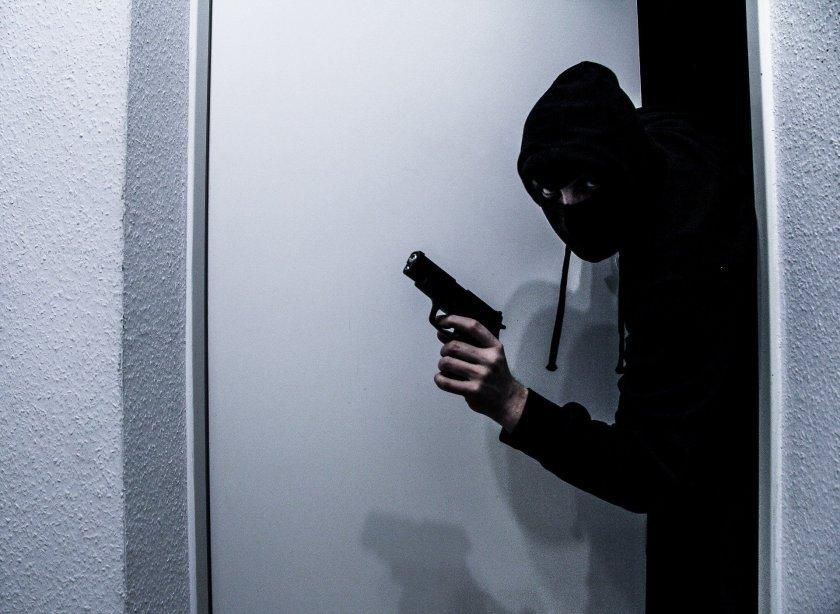 въоръжен взе заложници грузинска банка
