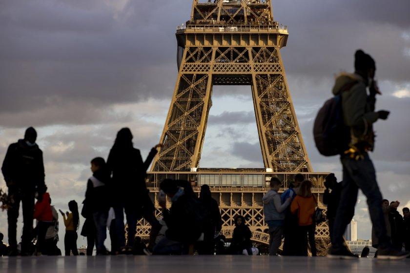 френската полиция евакуира района триумфалната арка